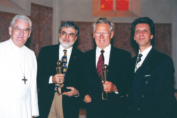 "Mr. Fariborz Sahba, architect of the Lotus Temple in India, and Dr. Hans Kung, a Catholic theologian known for his work on a ""global ethic,"" receive the GlobArt Academy 2000 award at a ceremony in the Pernegg cloister, Austria.